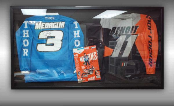 Encadrement de 2 chandails de motocross avec boite autographiée