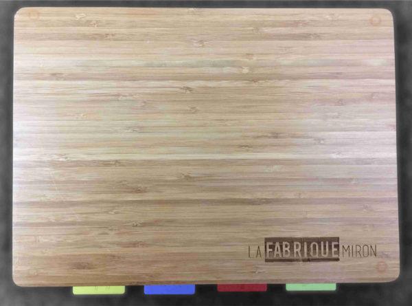 Gravure sur mesure au laser sur planche à découper en bois