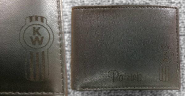 Gravure personnalisée sur portefeuille en cuir