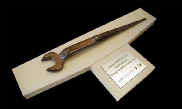 plaque conçue sur mesure, clé ayant servie à la construction de l'autoroute 30