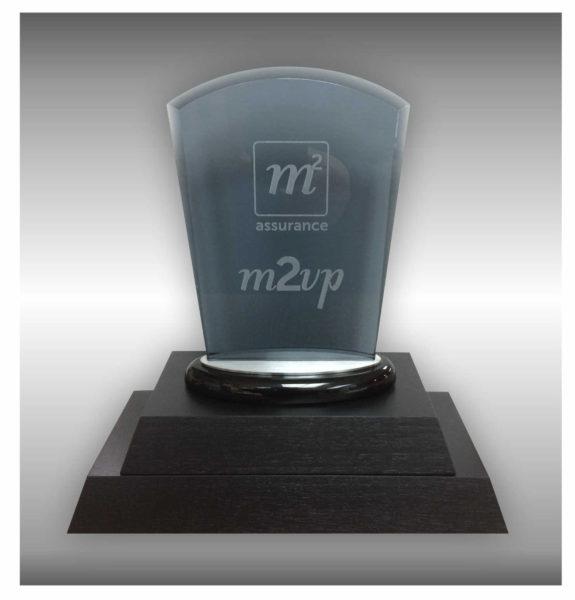 Plaque en verre gravée sur base en bois pour trophée perpétuel