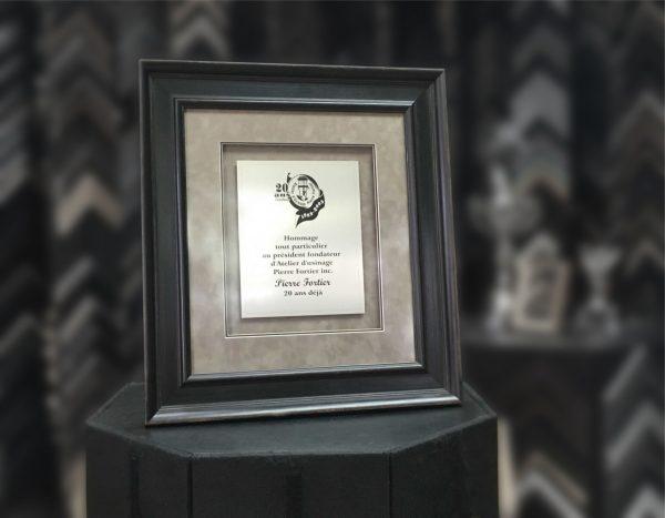 plaque honorifique gravée et encadrée