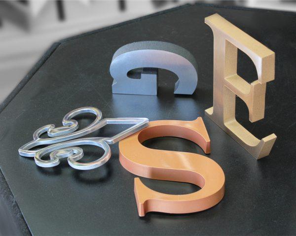 découpe de lettres et de logos dans l'acier, plastique, aluminium, brass, bois et plus